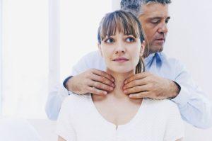 врач осматривает пациентку с гипотиреозом