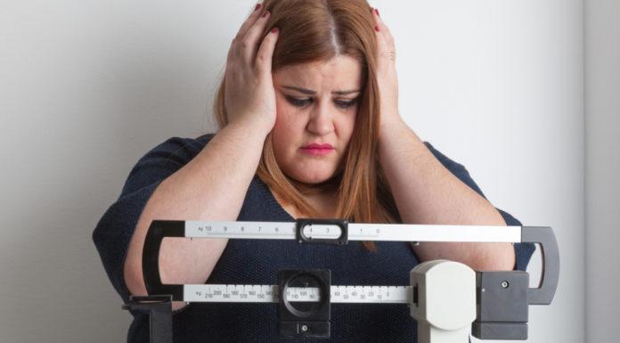 женщина с избыточным весом взвешивается