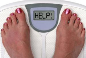 женщина проверяет свой вес